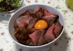 ローストビーフ丼-min