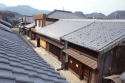 関宿町並屋根-min